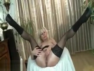 Super-naughty mature super-bitch heads crazy fingerblasting