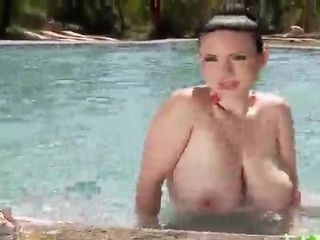 Mommy I´d Like To smash lady has joy in the pool