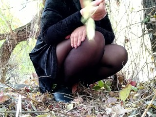 Russian mommy in pantyhose pissing outdoors