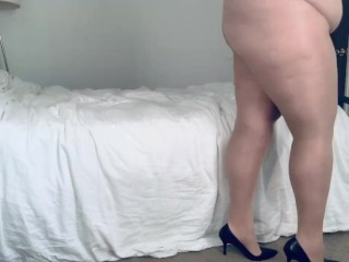 Plumper in High high-heeled shoes and Nylons glorious Posing and ambling