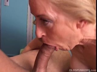 Captivating cougar likes to fuck