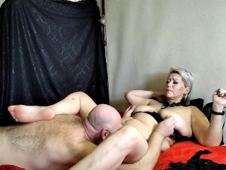 A sexy mature bitch sucks a dick to a bearded daddy, he licks her pussy and clit, fucks her heartily
