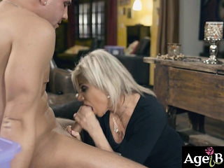 Brad ejaculates inwards Payton's trims vag