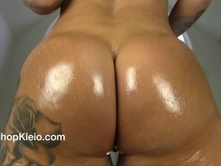 Observe my oilled up enormous butt jiggle and jiggle